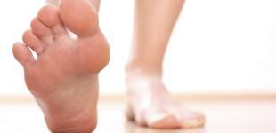vörös folt a lábujjak és a hámlás között)