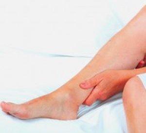 a lábak elkékülnek és vörös foltok borítják)