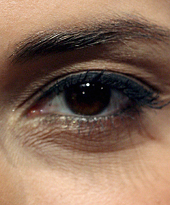 a felső szemhéjon vörös folt viszket