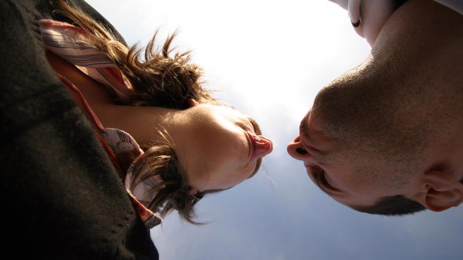 Csókolózott egy idegennel, azóta vörös foltok borítják a fiatal nő arcát