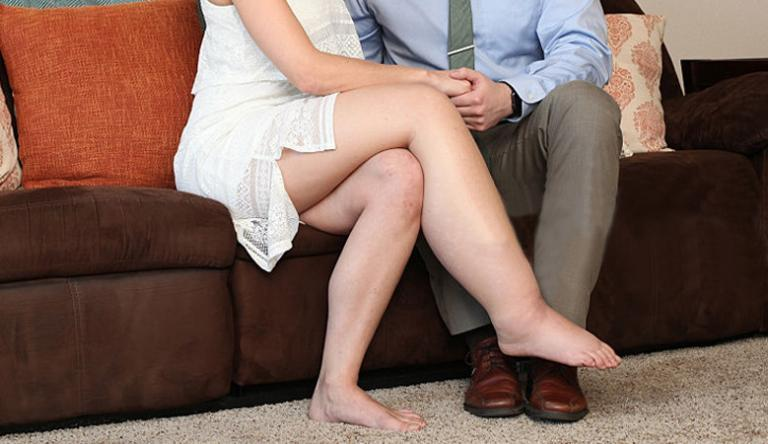 duzzadt lábak és karok vörös foltokkal)