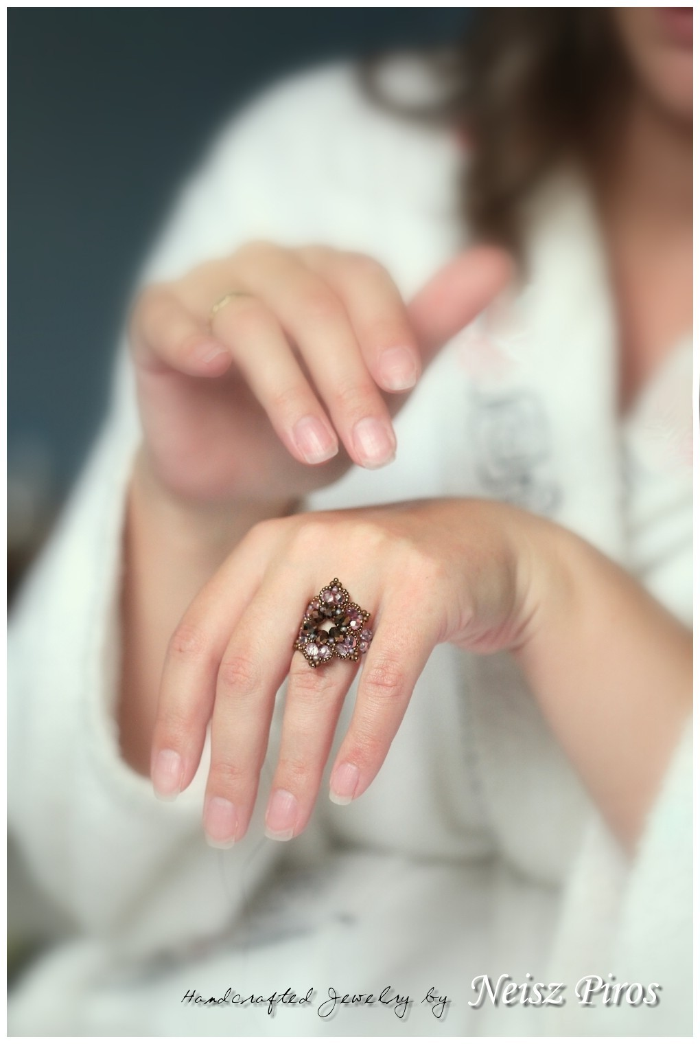piros gyűrű a kezén