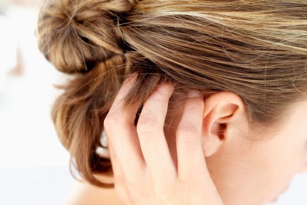 a haj alatti fején vörös foltok viszketnek)