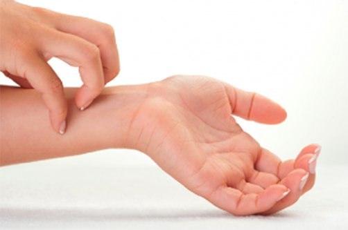 piros foltok ujjak között a kezek fotó)